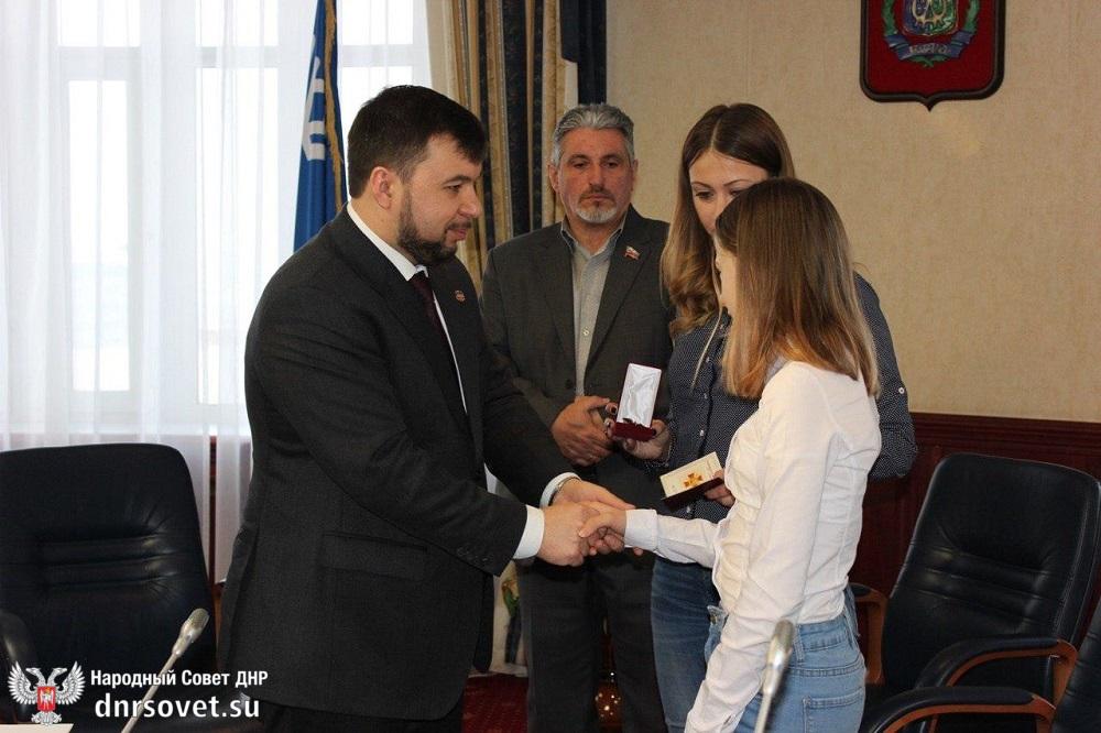 Денис Пушилин вручил награды ДНР родственникам погибших в Донбассе добровольцев из Ханты-Мансийского автономного округа
