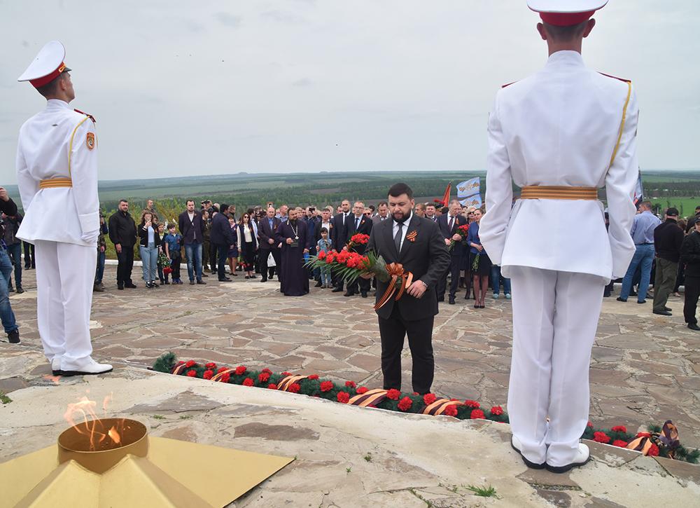 Глава ДНР Денис Пушилин возложил цветы к Вечному огню на Саур-Могиле и почтил память погибших защитников Республики