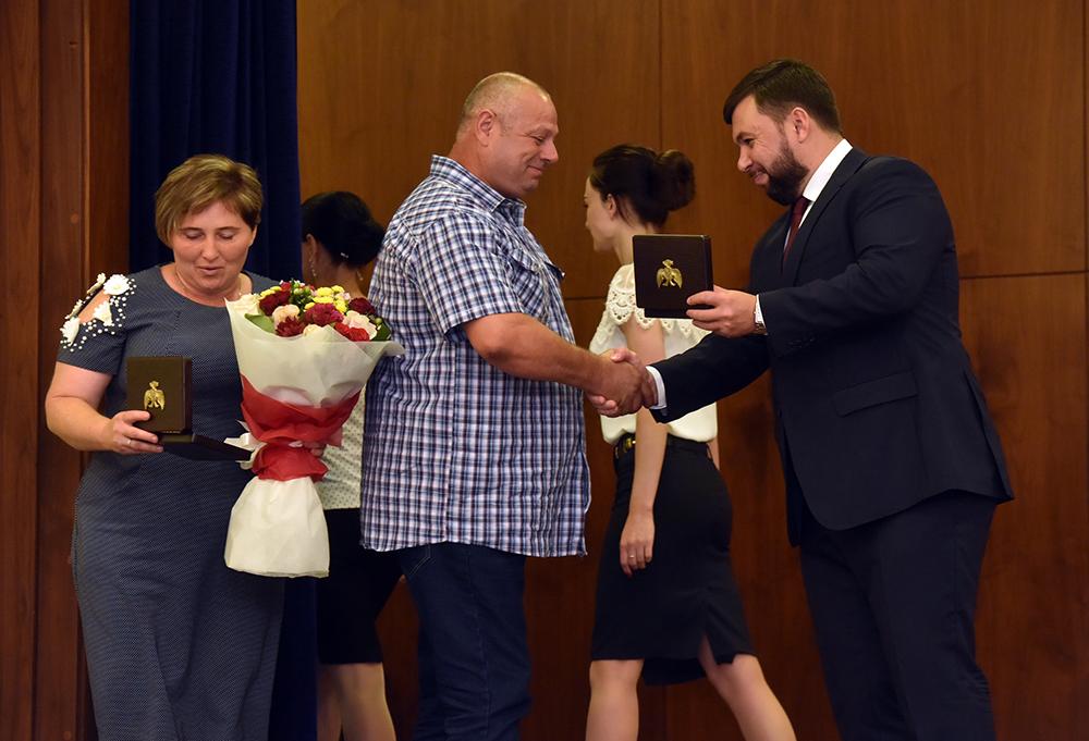 Глава ДНР Денис Пушилин вручил государственные награды многодетным родителям