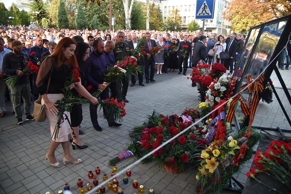 Глава ДНР Денис Пушилин возложил цветы к месту гибели Александра Захарченко
