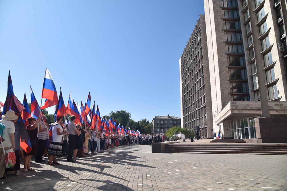 Глава ДНР Денис Пушилин возложил цветы к памятной доске на площади имени Александра Захарченко