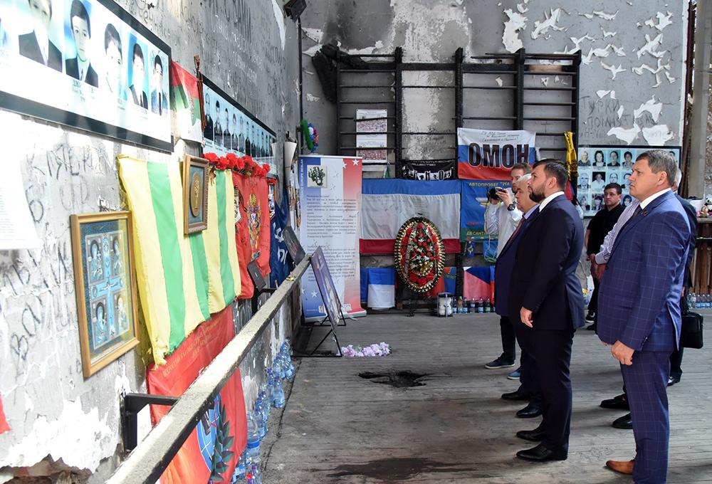 Глава ДНР Денис Пушилин возложил цветы в память о Бесланской трагедии (фоторепортаж, видео)