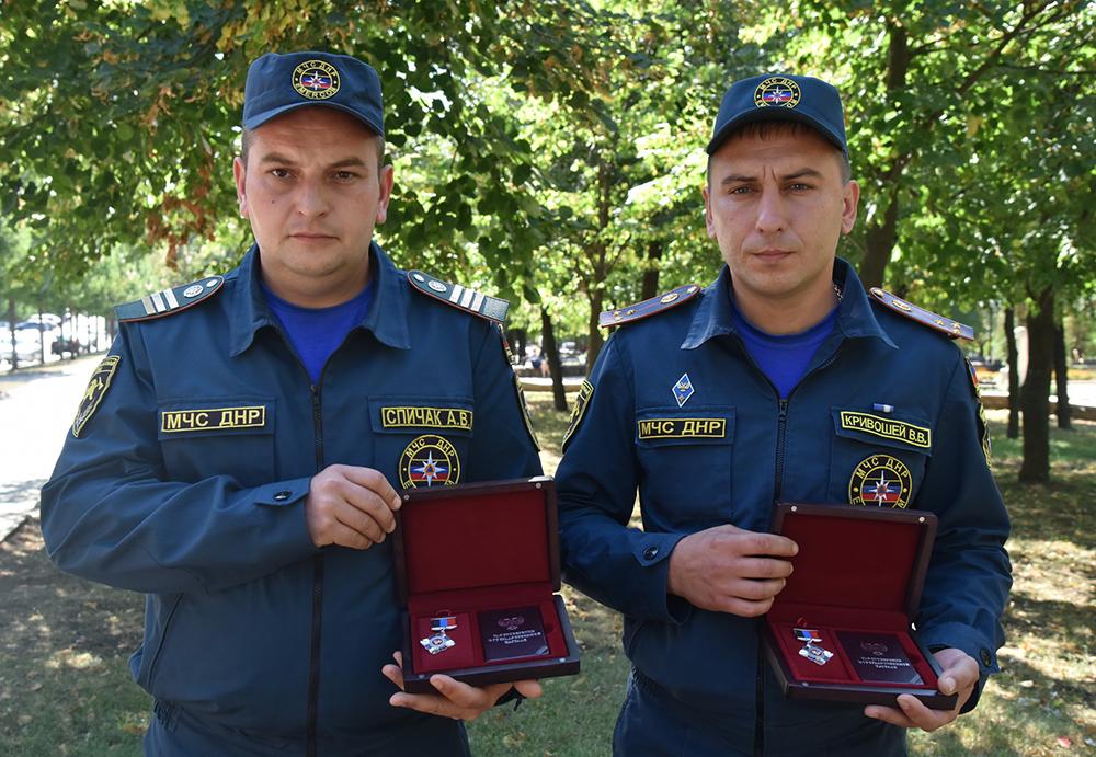 Спасатели с большой буквы: Денис Пушилин встретился с сотрудниками МЧС, пострадавшими при обстреле во время тушения пожара