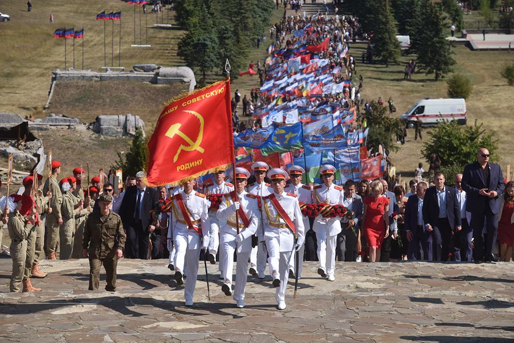 Глава ДНР Денис Пушилин возложил цветы к Вечному огню на Саур-Могиле
