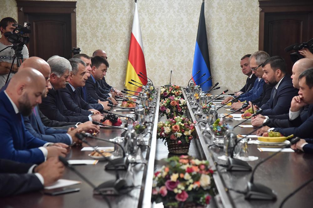 В Цхинвале прошло заседание по вопросам развития сотрудничества между ДНР и РЮО с участием руководителей двух стран