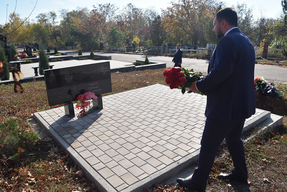 Глава ДНР Денис Пушилин возложил цветы к могиле Героя ДНР Арсена Павлова