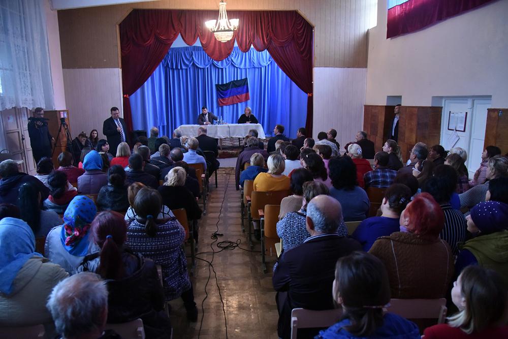 Проблемные вопросы превратить в конкретные задачи: Денис Пушилин посетил одно из сел в Шахтерском районе и пообщался с его жителями