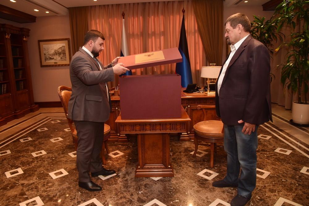 Глава ДНР Денис Пушилин встретился с победителем российского проекта «Голос 60+» Леонидом Сергиенко