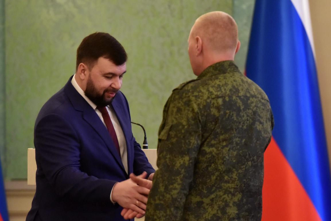 Глава ДНР Денис Пушилин отметил наградами военнослужащих за подвиги в 2014 и 2015 годах