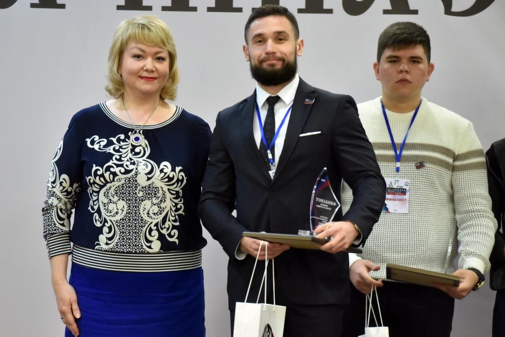 Денис Пушилин вручил одному из победителей открытого кадрового конкурса указ о назначении на должность в Администрацию Главы ДНР