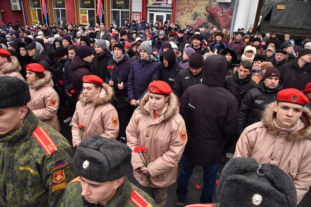 «Наша общая трагедия»: Денис Пушилин принял участие в митинге-реквиеме по погибшим на Боссе