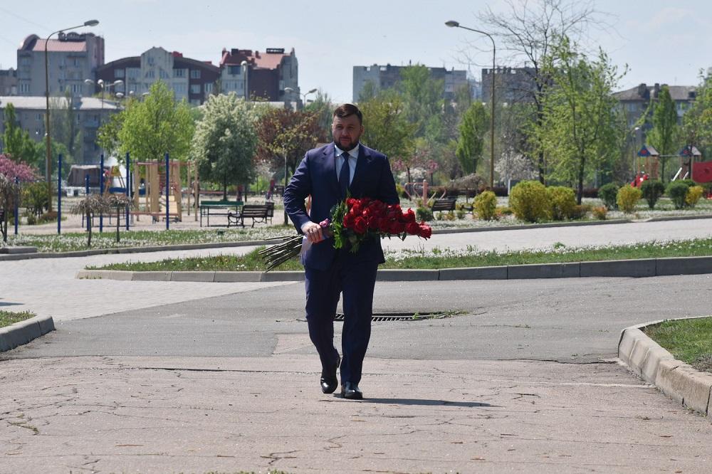 Глава ДНР Денис Пушилин возложил цветы к памятному знаку жертвам одесской трагедии