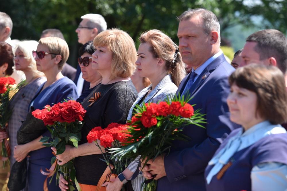 «Он был настоящим во всем, без лжи и лицемерия»: Денис Пушилин возложил цветы к бюсту Александра Захарченко