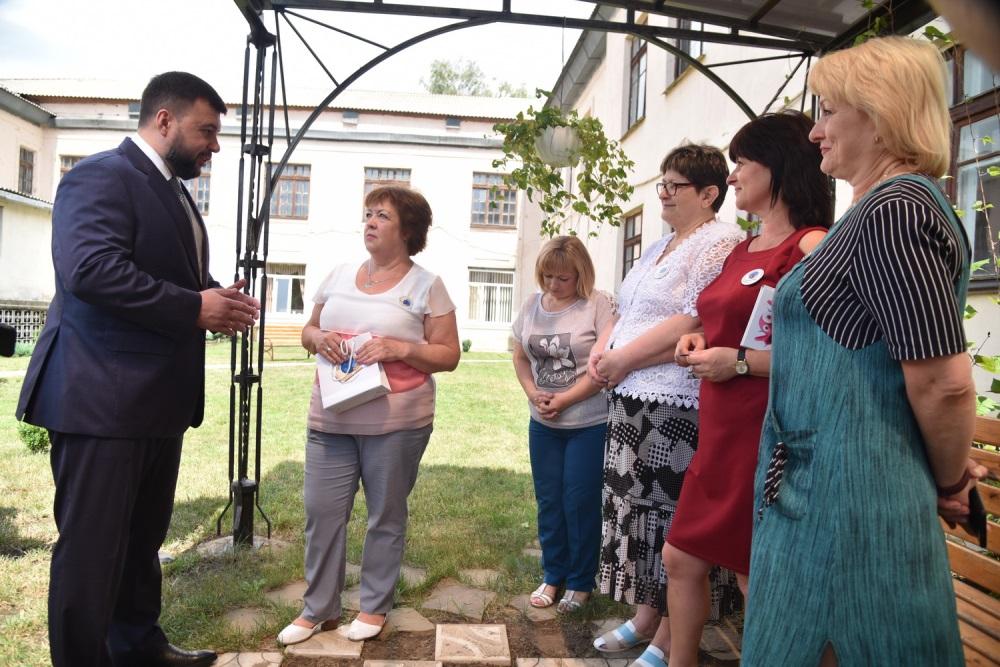 Денис Пушилин дал ряд поручений по итогам посещения одной из ясиноватских школ