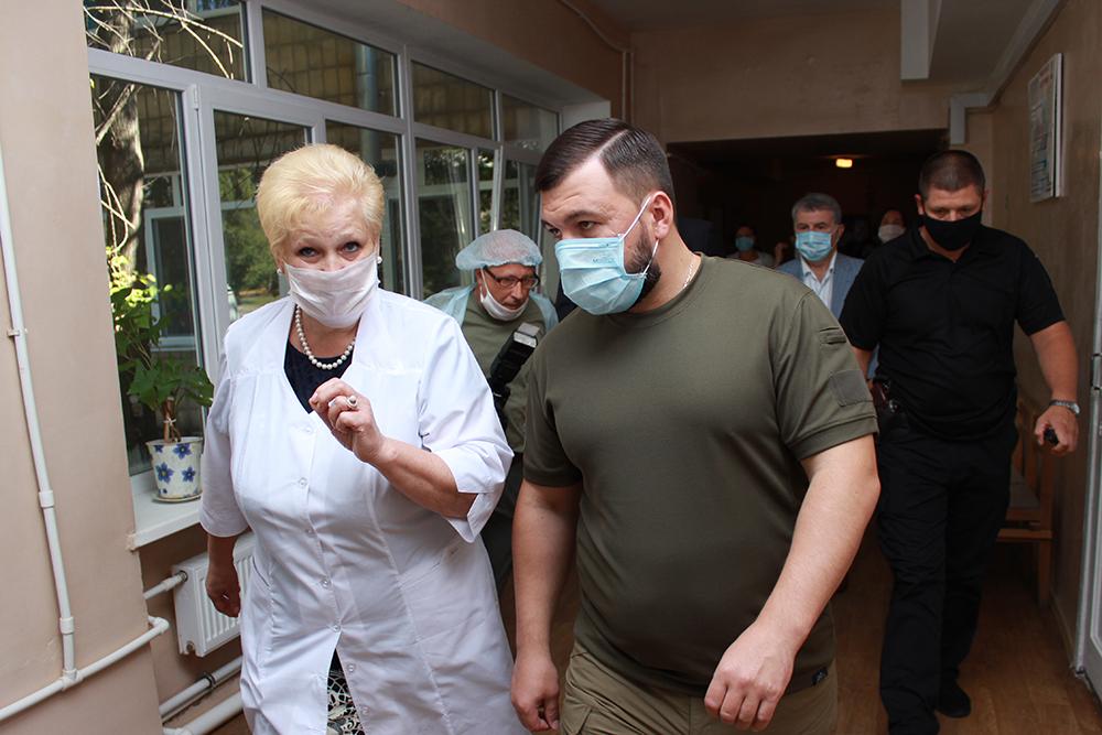 «Район должен оживать!»: Денис Пушилин посетил больницу в прифронтовом поселке Октябрьском