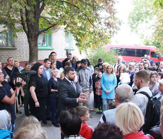 «Нормальные бытовые вопросы мирного времени»: Денис Пушилин пообщался с жителями Харцызска