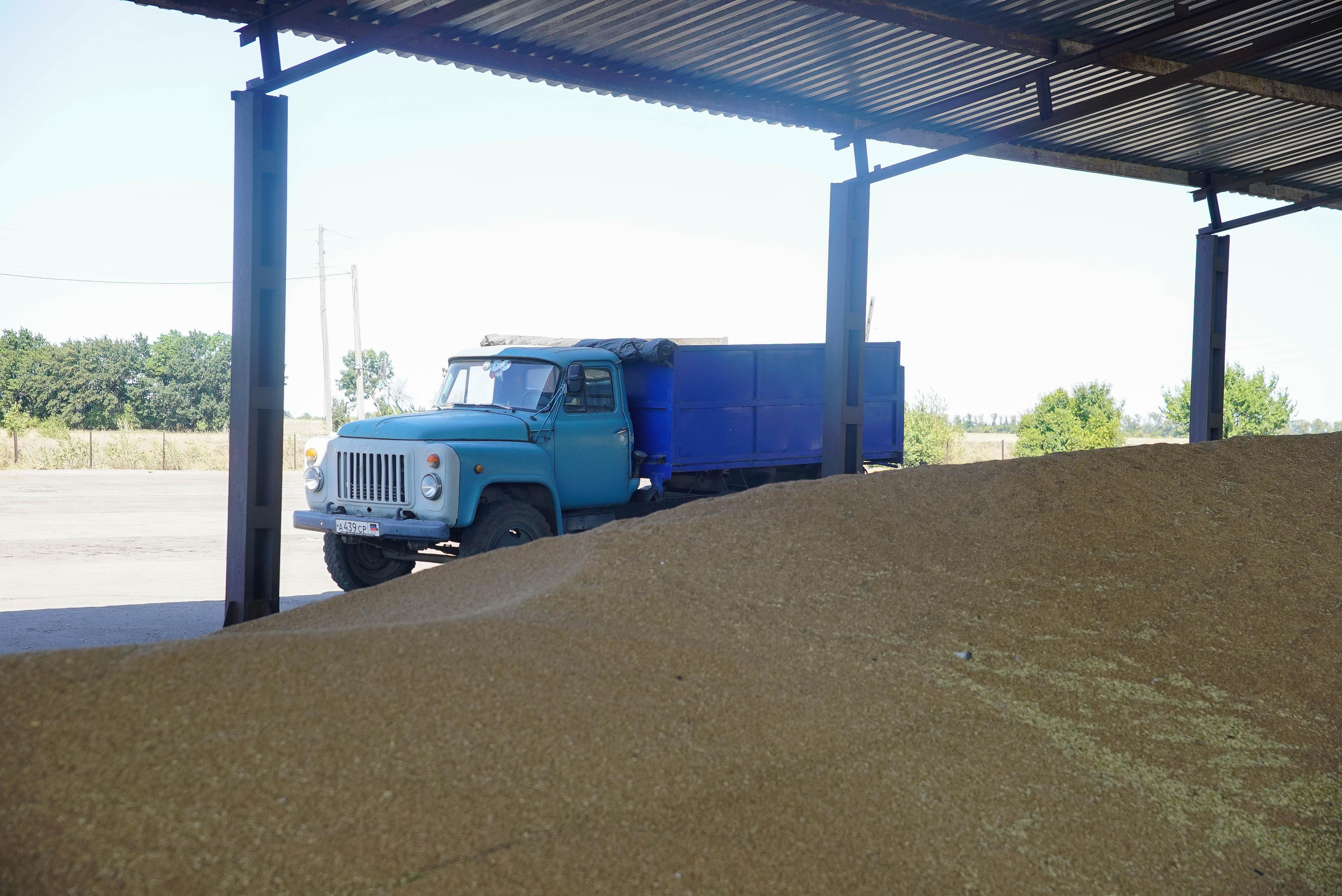 Денис Пушилин посетил одно из ведущих сельхозпредприятий в Старобешевском районе и пообщался с рабочим коллективом